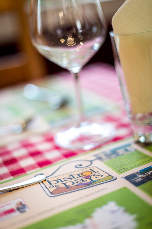 vue d'une table du bistrot de pays de heilles dans l'oise entre mouy et noailles