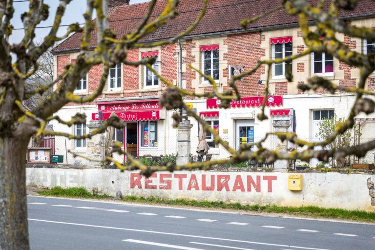 le restaurant de Heilles dans l'oise, bistrot de pays vue des arbres