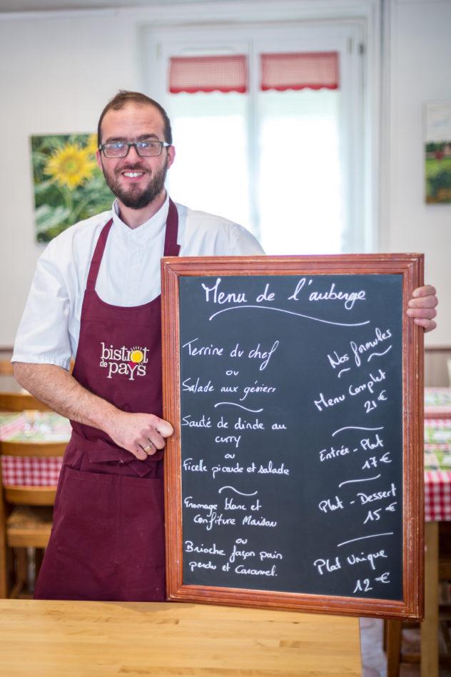 le chef avec le menu de l'auberge les tilleuls, bistrot de pays de l'oise